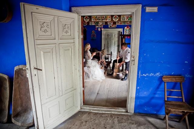 Chałupy Welcome To - Natalia i Tomek- skansen łowicki - 011 | Fotografia reportażowa | FOTODUO | www.fotoduo.com.pl